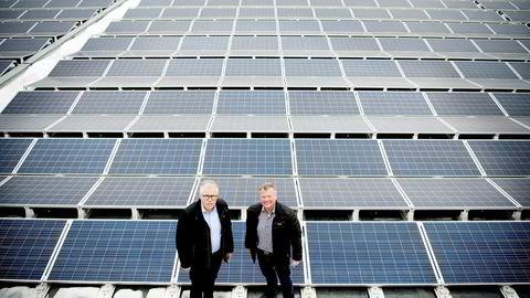 Takene på de nye Kiwi-miljøbutikkene og Asko-lagrene skal utnyttes til solceller. Her er Kiwi-sjef Jan Paul Bjørkøy (til venstre) og Asko-styreleder Torbjørn Johannson på Asko-lageret på Kalbakken der de tester snøsmelting på taket. Foto: Mikaela Berg