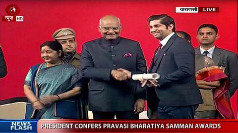 Stortingsrepresentant Himanshu Gulati (Frp) (til høyre) ble tildelt den indiske Diaspora-prisen av Indias president Ram Nath Kovind i januar 2019. Myndighetene dekket både flybilletter og hotell for Gulati.