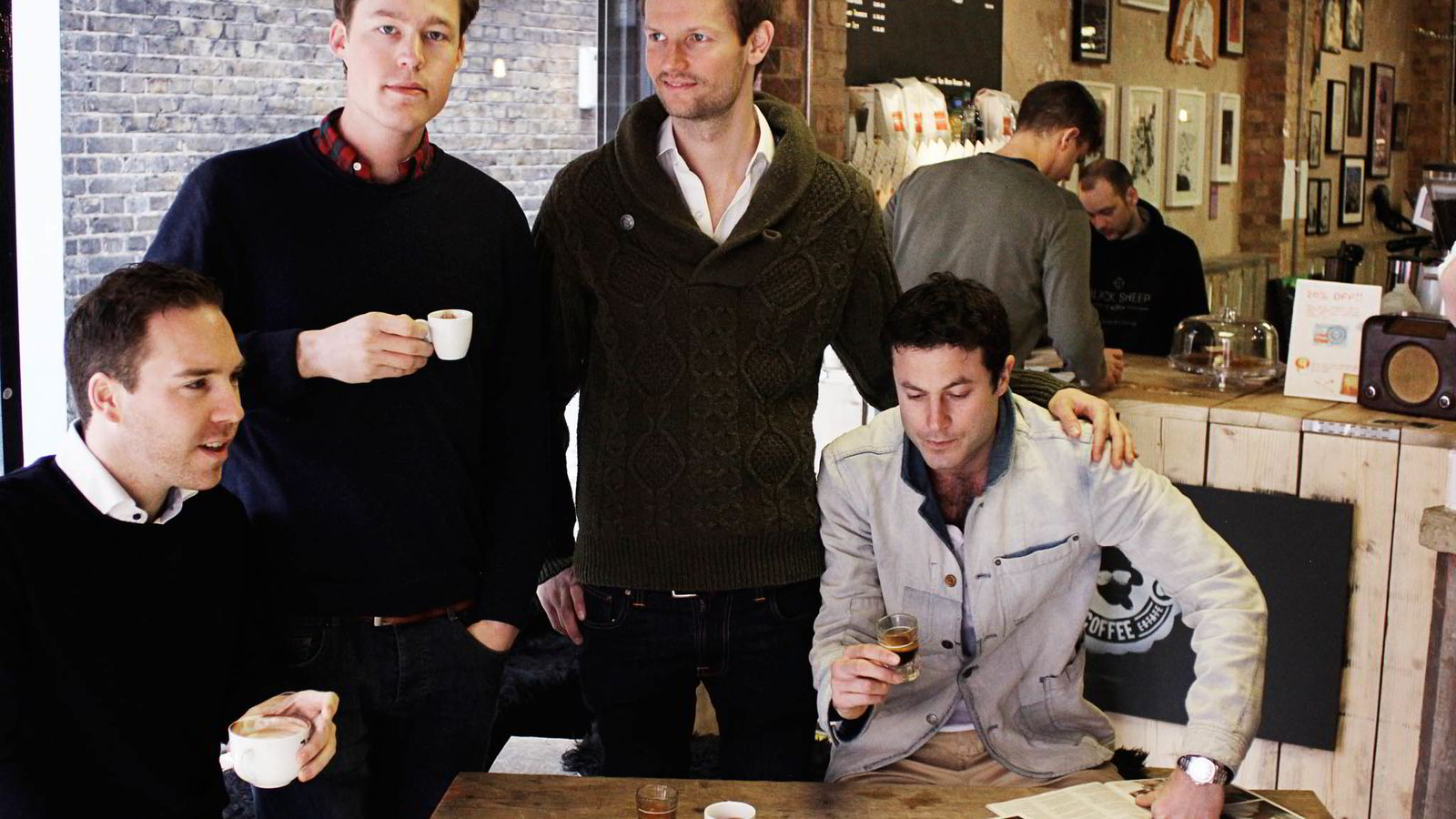 KAFFEGUTTA. Etter å ha jobbet tre år i finansbransjen, bestemte de seg for å forfølge drømmen fra studietiden. Fra venstre: Anders Wilhelmsen, Eirik Holth, Max Dubiel og Gabe Shohet.  Foto: Black Sheep Coffee