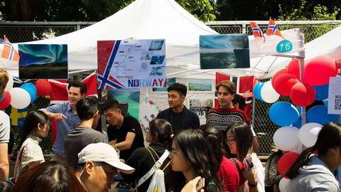 Kulturfestival-8: Enhver som har vært i Kina har nok opplevd at ordet «folksomt» har fått en ny dimensjon. Det gjaldt også da universitetet i Beijing inviterte til kulturfestival og 100 nasjoner hadde hver sin stand. Foto: Privat
