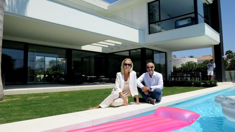 Kristina Schreuder er DNBs lokale ekspert i Marbella, her avbildet sammen med Knut Øvreeide, leder for kredittavdelingen i DNB Luxembourg, i sommer. Foto: