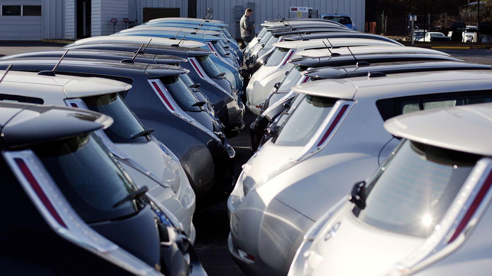 Støtteordninger som favoriserer nye elbiler gjør at forhandlere ikke blir kvitt biler som nå går av leasingkontrakter. Her nye Nissan Leaf utstilt hos en forhandler i Roswell, Georgia 5. februar. Foto: AP Photo/David Goldman
