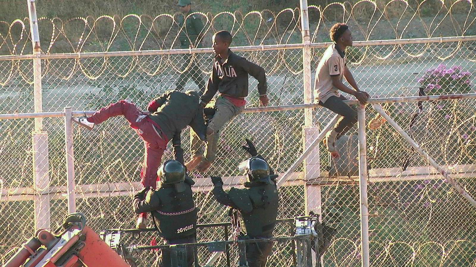 Jeg vil angripe ideen om at illegal migrasjon er en slags «menneskerettighet» og at stater er «slemme» når de stenger sine grenser for illegale migranter. Her migranter ved grensen mellom Afrika og Spania.