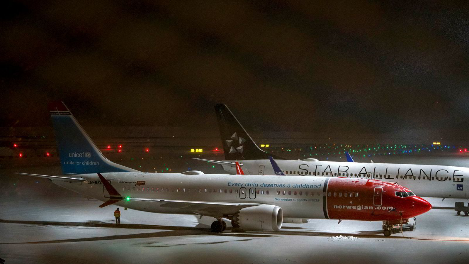 Piloter kritiserer både Boeing og myndigheter et ulykkene med flytypen Boeing 737 Max. Bildet viser Norwegian LN-BKC som er ett av flyselskapets 18 fly av typen MAX 8 som er satt på bakken.
