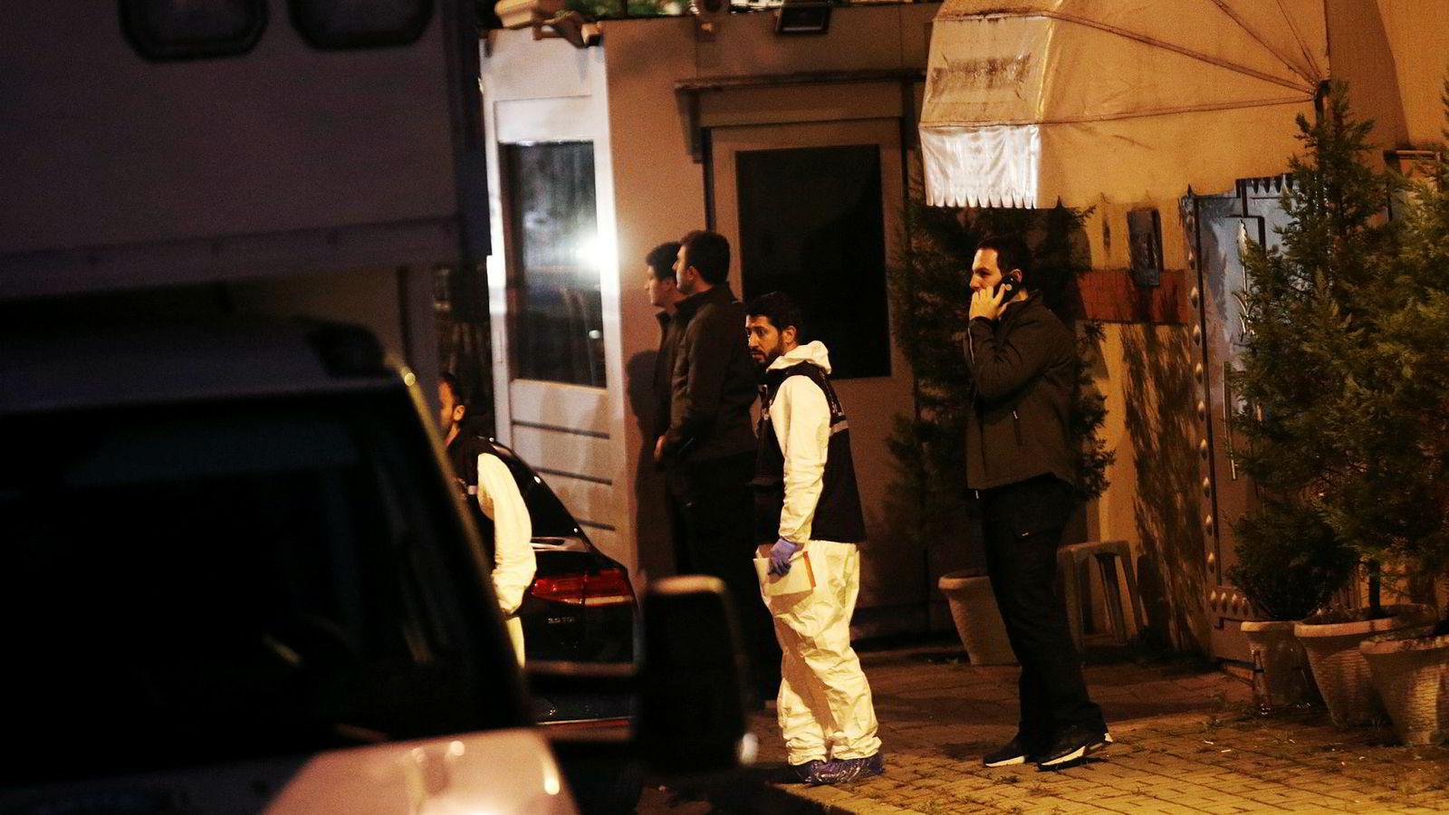 Tyrkisk politi ransaket Saudi Arabias konsulat i Istanbul etter Khashoggis forsvinning i starten av oktober.