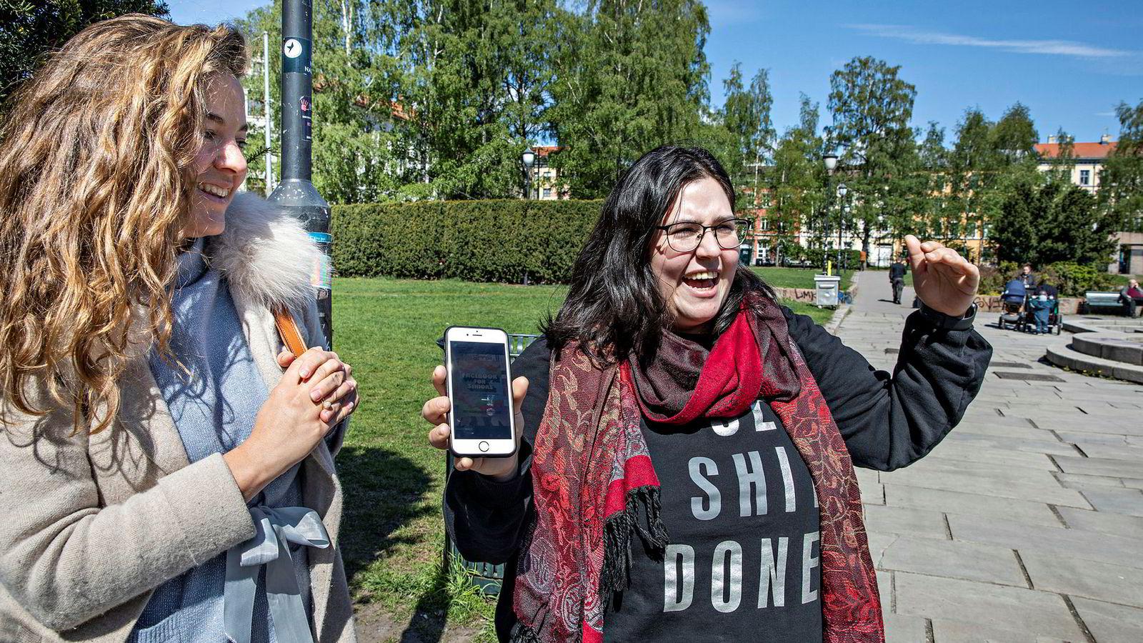 Olga Tsomaeva (28) til venstre og Anni Hoda (28) til høyre mener Facebook både sliter med tilliten og med å nå de unge.