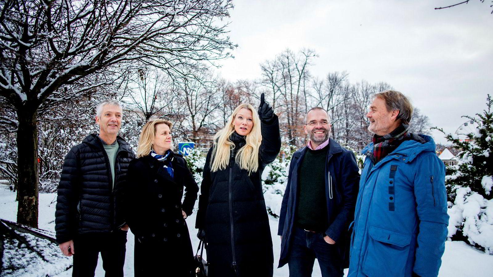 Sjeføkonom Kari Due-Andresen peker på mørke skyer i horisonten for global økonomi. Fra venstre: Steinar Holden, Hilde Bjørnland, Kari Due-Andresen, Ragnar Torvik og Knut Røed.