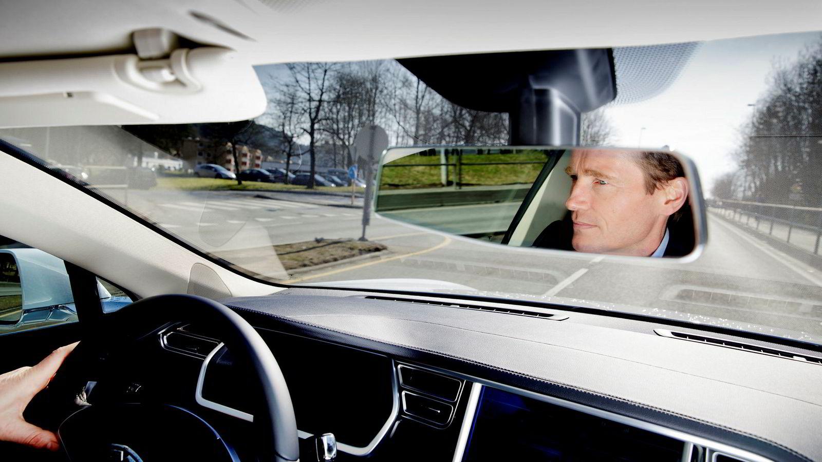 Investeringsdirektør Robert Næss, her i sin første Tesla Model S i 2014. Hans hobbyimport av nyere bruktbiler ble til elbilselger Ecocar i 2013.