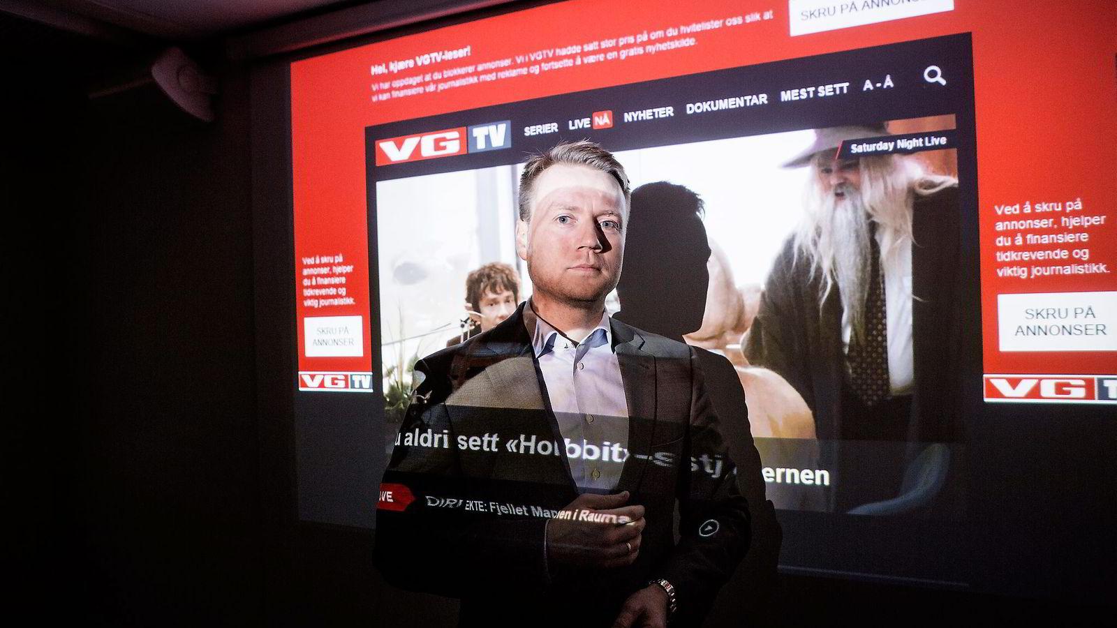 Daglig leder Per Øivind Skard i Mediehuset Tek opplevde at effekten av å be brukerne pent om å slå av annonseblokkering hadde motsatt hensikt. Her står han foran VGTVs nettside med annonseblokkeringsverktøy påslått. Foto: Fredrik Bjerknes