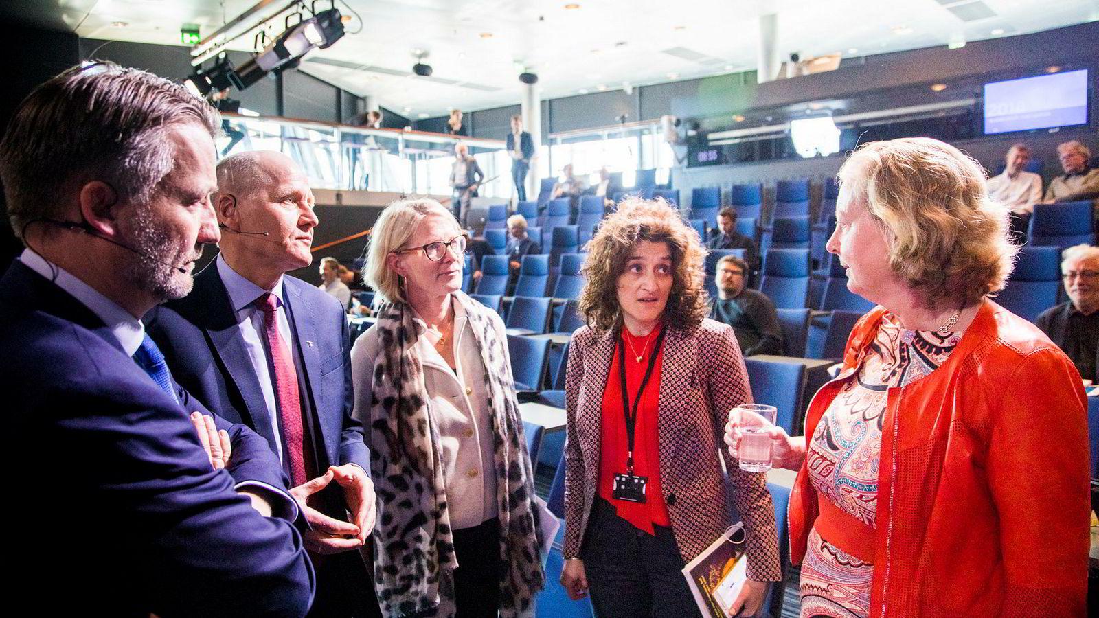 Etter at Berit Svendsen (til høyre) forsvant ut av Telenors konsernledelse er teknologidirektør Ruza Sabanovic (nummer to fra høyre) den eneste med ingeniørutdannelse igjen i konsernledelsen. Her sammen med finansdirektør Jørgen C. Arentz Rostrup, konsernsjef Sigve Brekke og hr-direktør Cecilie Blydt Heuch.