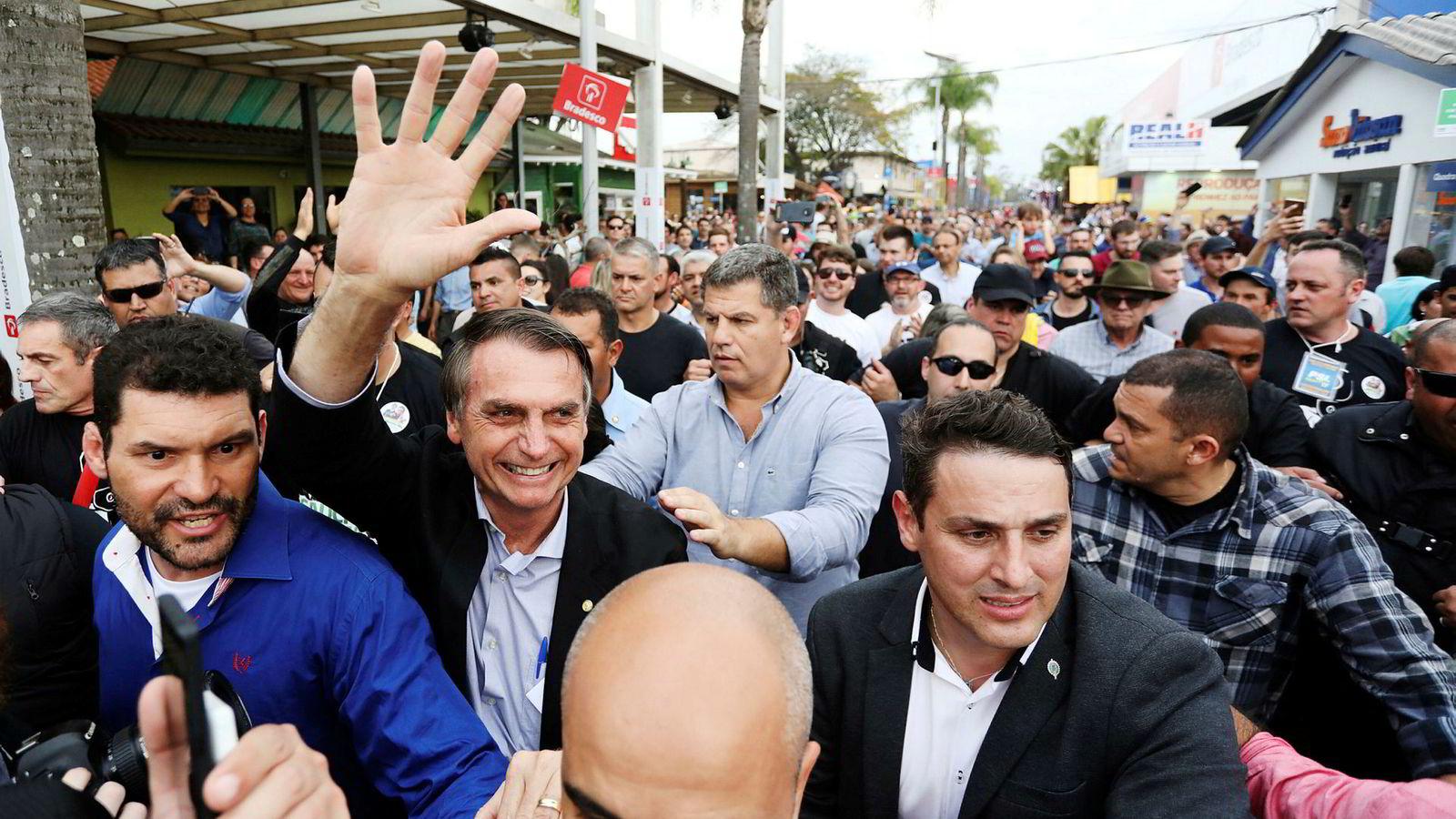 Høyrepopulisten Jair Bolsonaro ligger an til å vinne første valgomgang i presidentvalget i Brasil på søndag. Her er han på en landbuksmesse i Esteio for en drøy måned siden.