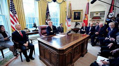Kinas visestatsminister Liu He (til venstre for USAs president Donald Trump) har reist i skytteltrafikk mellom Beijing og Washington, D.C. de siste månedene og ledet den kinesiske forhandlingene. Torsdag blir skjebnedag.