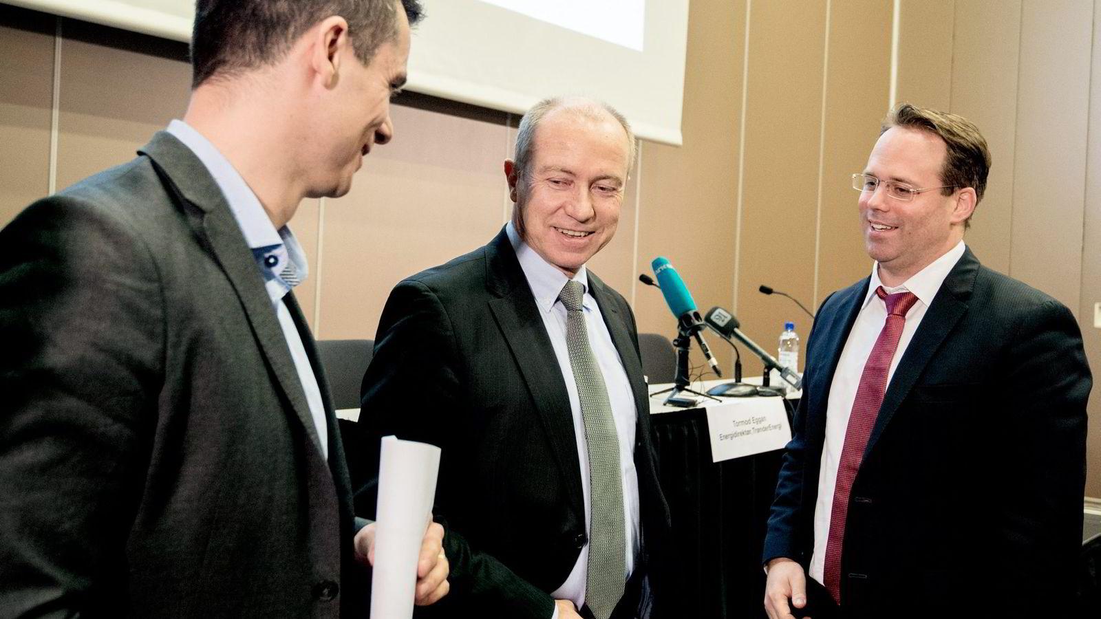 Statkraft-sjef Christian Rynning-Tønnesen holdt pressekonferanse i Trondheim sammen med medinvestorer tirsdag. Her er han flankert av Tormod Eggan (til venstre) i TrønderEnergi og Dominik Bollier i Credit Suisse Energy Infrastructure Partners.