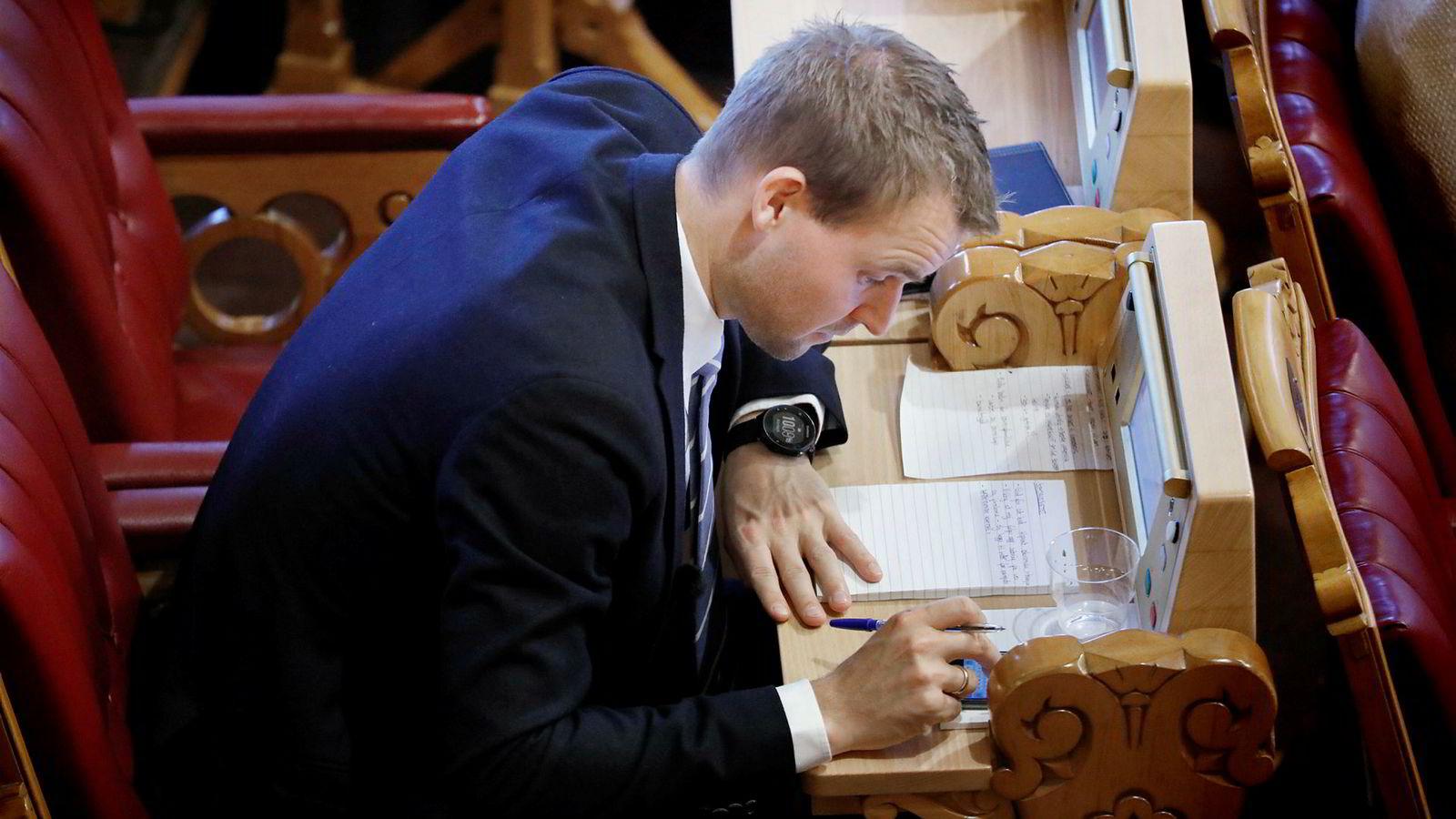 Nestleder i KrF Kjell Ingolf Ropstad studerer statsbudsjettet for 2018 i stortingssalen mandag.