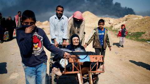 Irakere på flukt under kampene mellom IS og irakiske styrker ved Mosul i Irak tirsdag.