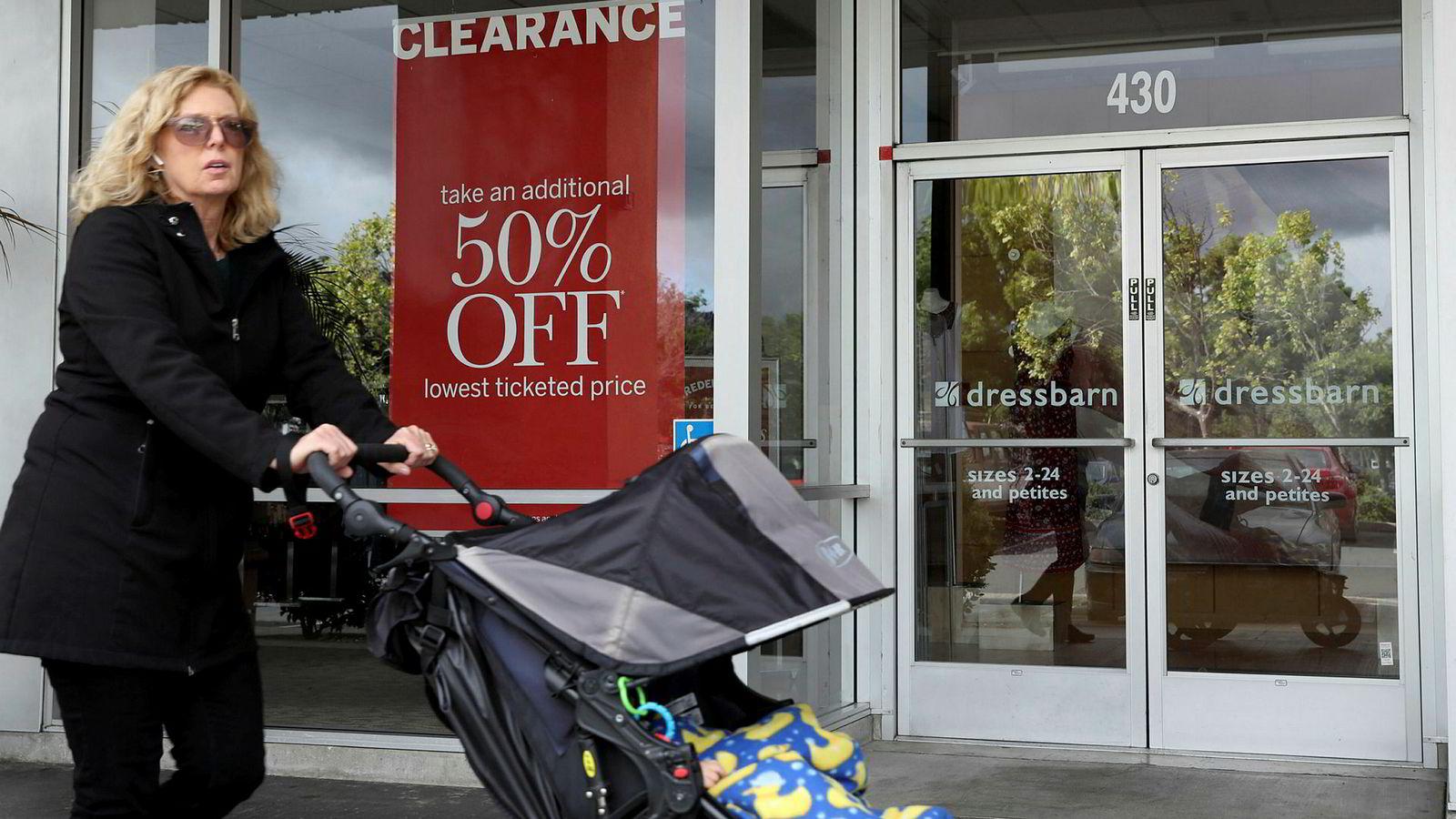 En fotgjenger passerer en Dressbarn-butikk i El Cerrito i California tirsdag. Nå starter avviklingen av Dressbarns 650 butikker i hele USA.