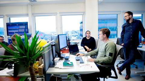 Hos Schibsted-selskapet Lendo, som hjelper nordmenn med å finne billigste forbrukslån, jobber produktsjef Charlotte Clasen (fra venstre) med å forbedre og forenkle nettsiden – og formidler stadig flere lån. Her med digital markedsføring-sjef André R. Strand og Lendo-sjef Ådne Skjelstad.