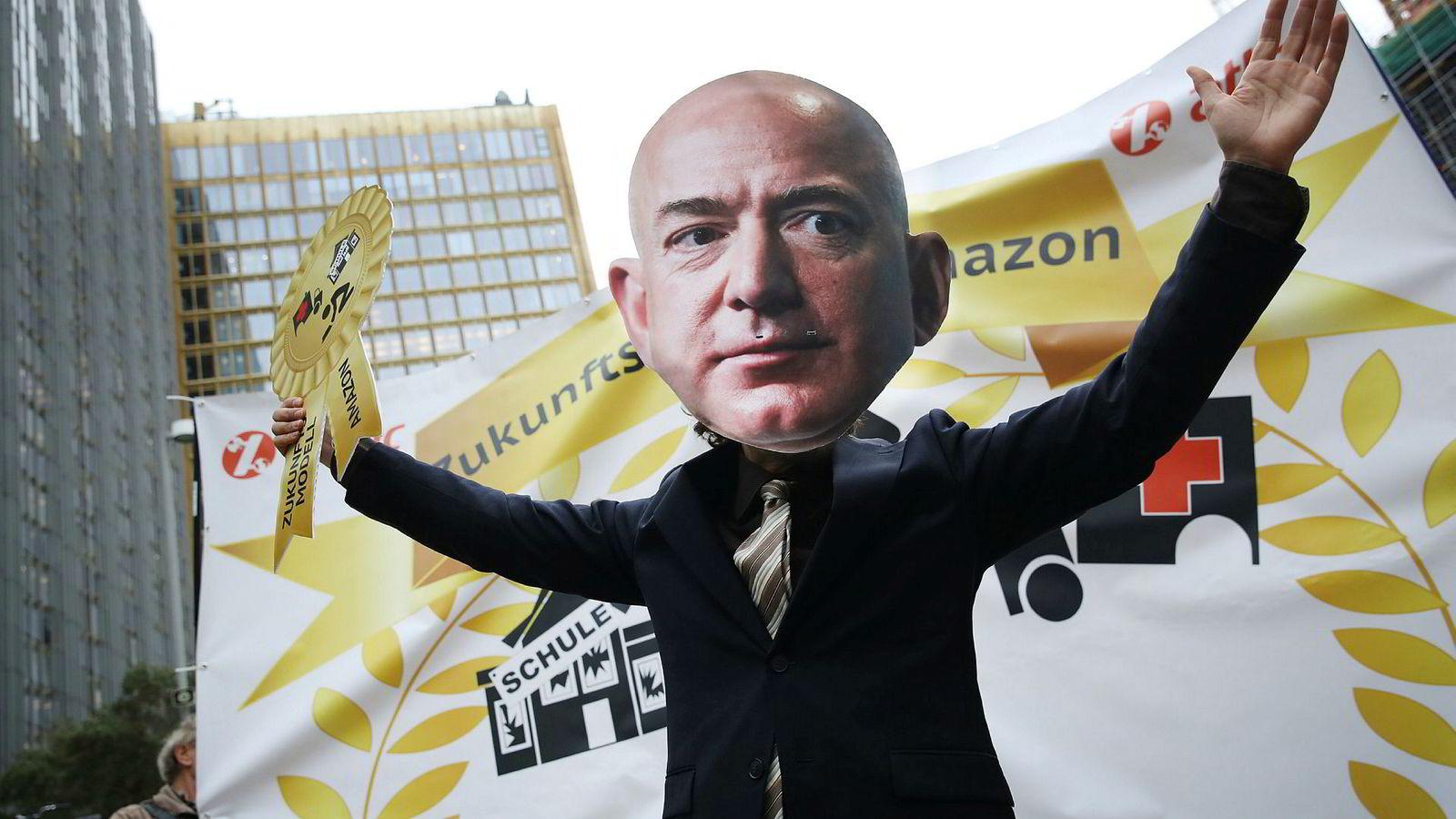 Da Amazon-sjefen Jeff Bezos besøkte Berlin i april i år, ble han møtt av flere hundre protesterende Amazon-ansatte fra Tyskland, Polen og Italia. Arbeiderne klaget på at Amazon betalte dem for lite.