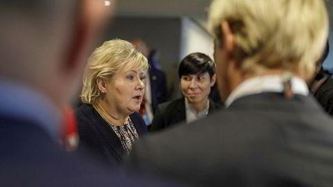 Statsminister Erna Solberg og utenriksminister Ina Marie Eriksen Søreide (bak) var tilstede ved FNs hovedkvarter i New York under president Trumps tale tirsdag. De beklager deler av innholdet, men sier det meste var kjent fra før.