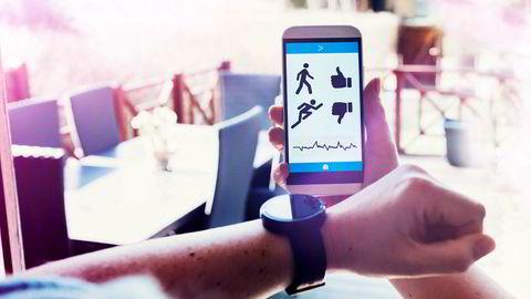 Alle med smarttelefon skal kunne være sin egen lege. Men når alle kan monitorere sine kropper vil «alle» reelle tilstander kunne oppdages. Man vil få brottsjøer av overdiagnostikk og tilhørende overbehandlings, skriver artikkelforfatterne. Foto: Mikkelwilliam/Getty Images