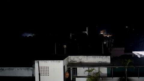 Nye omfattende strømbrudd i Venezuela. På bildet står en mann utenfor sitt mørklagte hjem i hovedstaden Caracas mandag.