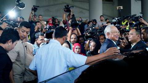 Malaysias tidligere statsminister Najib Razak og hans familie er tiltalt for maktmisbruk, hvitvasking av penger og skatteunndragelser i skandalen rundt investeringsselskapet 1MDB. Her forlater Razak høyesterett i Kuala Lumpur, Malaysia tidligere denne måneden.