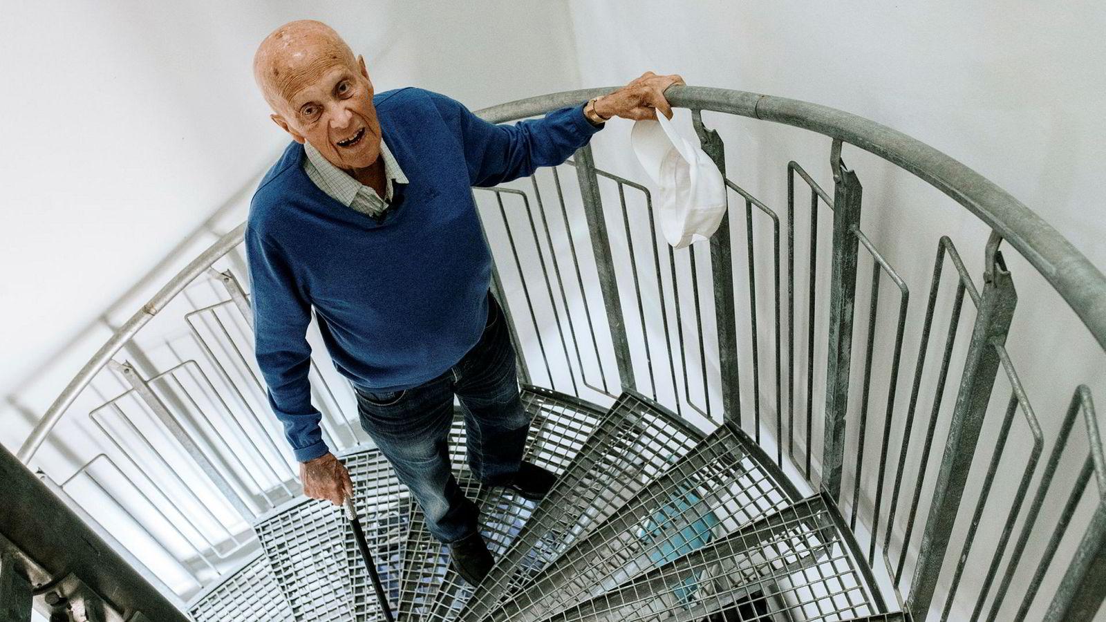 Ulf Dahl (95) har vanskelig for å komme opp til leiligheten sin etter at bostyrer har stengt ham ute fra heisen.