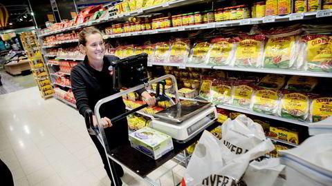 Dagligvarer på nett har hatt en høy vekst, men sliter med lønnsomheten. Her plukker Kathrine Berg-Larsen varer for Menys dagligvarebutikk på nett i supermarkedet på Bryn.