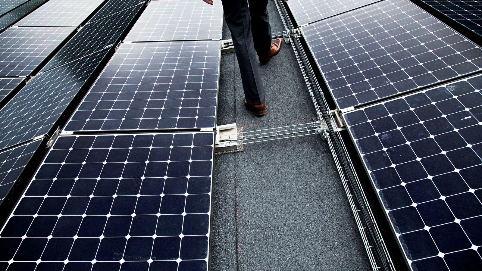 Ved å sende strøm inn i solcellene kan man smelte snø og erstatte dyr, manuell snømåking.