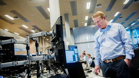 Oslo Børs åpnet umiddelbart ned 1,5 prosent torsdag morgen og falt videre utover dagen. Det samme gjorde resten av de europeiske børsene. Bildet viser meglersjef i Dnb Markets, Thomas Breivik.