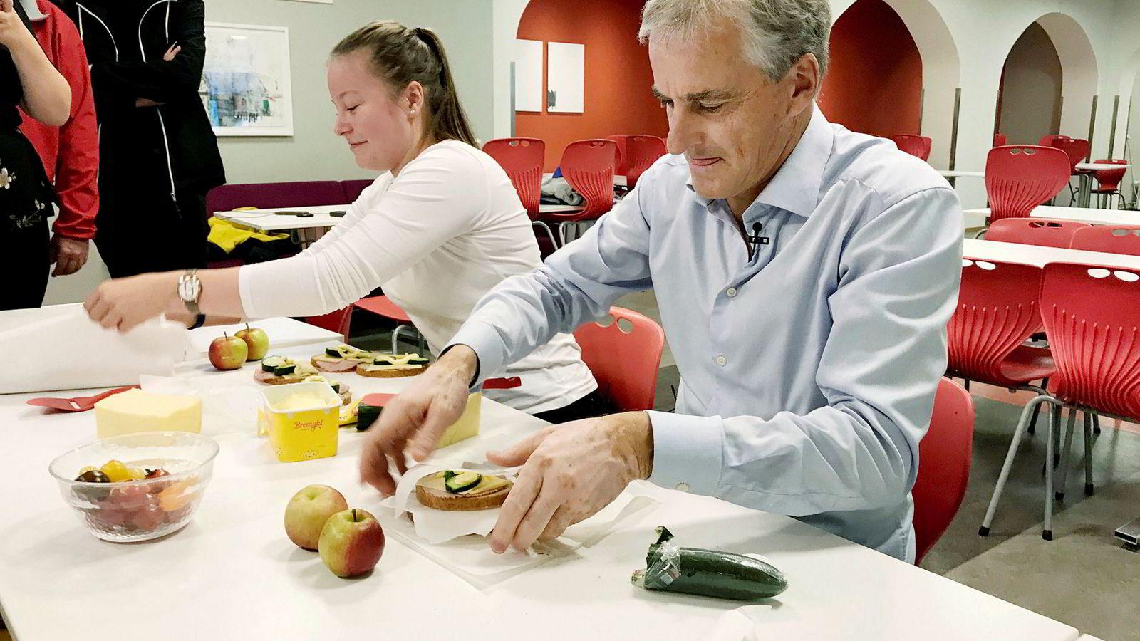 Ap-leder Jonas Gahr Støre på valgkamp konkurrerer i matpakkesmøring på Kongsbakken videregående skole med Vilde Robertsen Sjåvik fra AUF. Til venstre står stortingsrepresentant Martin Henriksen.