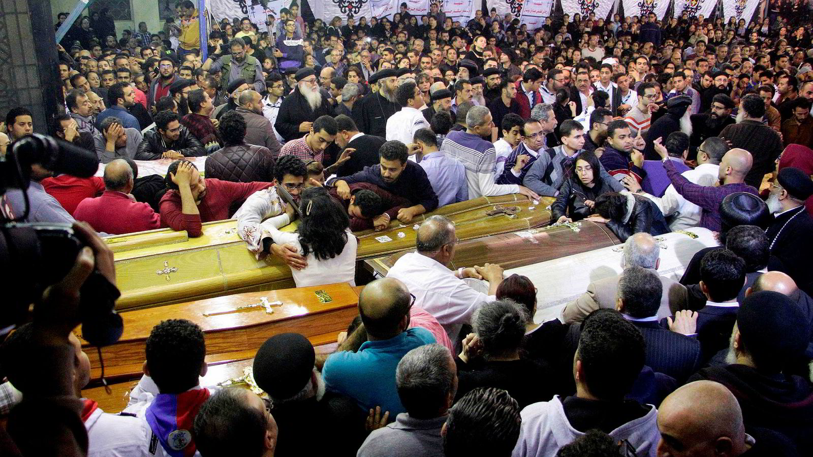 Palmesøndag ble 44 mennesker drept i kirker i Kairo og Alexandria. Terrororganisasjonen IS har tatt på seg skylden. Her fra begravelsen i Tanta.