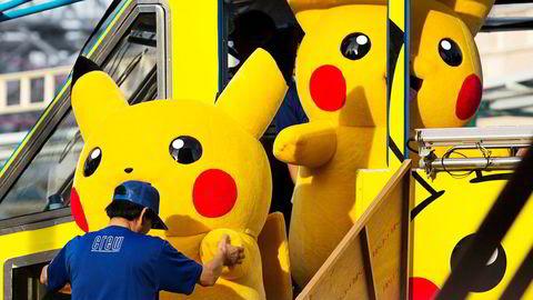 Nintendo håper nostalgiske småbarnsforeldre skal introdusere en ny generasjon til Pokémon-figurene, men investorer er skeptiske. The Pokémon Company sitter på rettighetene til figurene, som ofte er å se på gateplan i Japan. Her er skuespillere kledd ut som Pikachu på vei til et arrangement i Yokohama.
