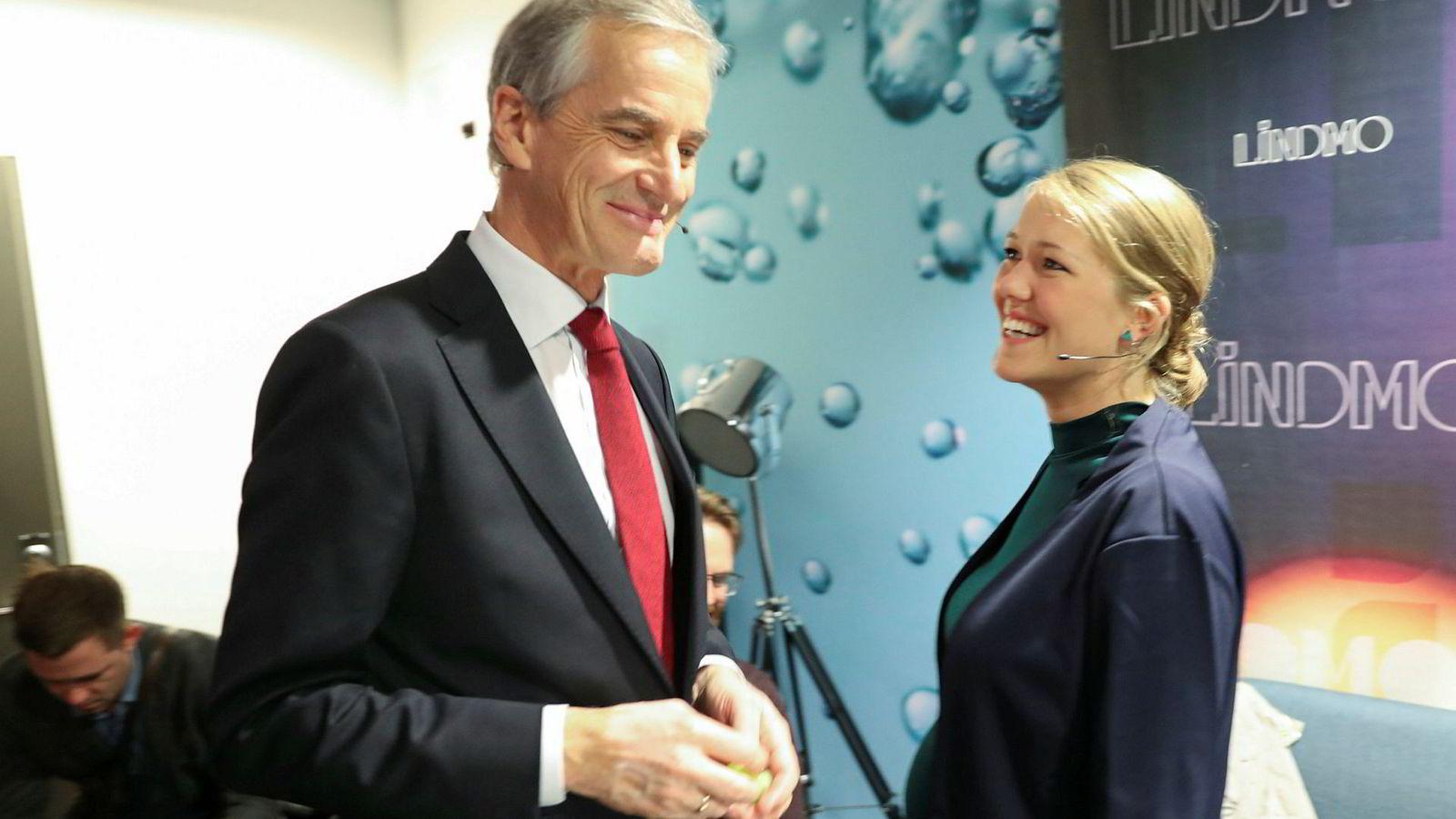 Ap-leder Jonas Gahr Støre og talsperson Une Aina Bastholm i MDG avbildet i forbindelse med en partilederdebatt før valget. Et flertall av Ap-velgere og MDG-velgere stiller seg positive til at partiene samarbeider i regjering etter neste valg om to år.