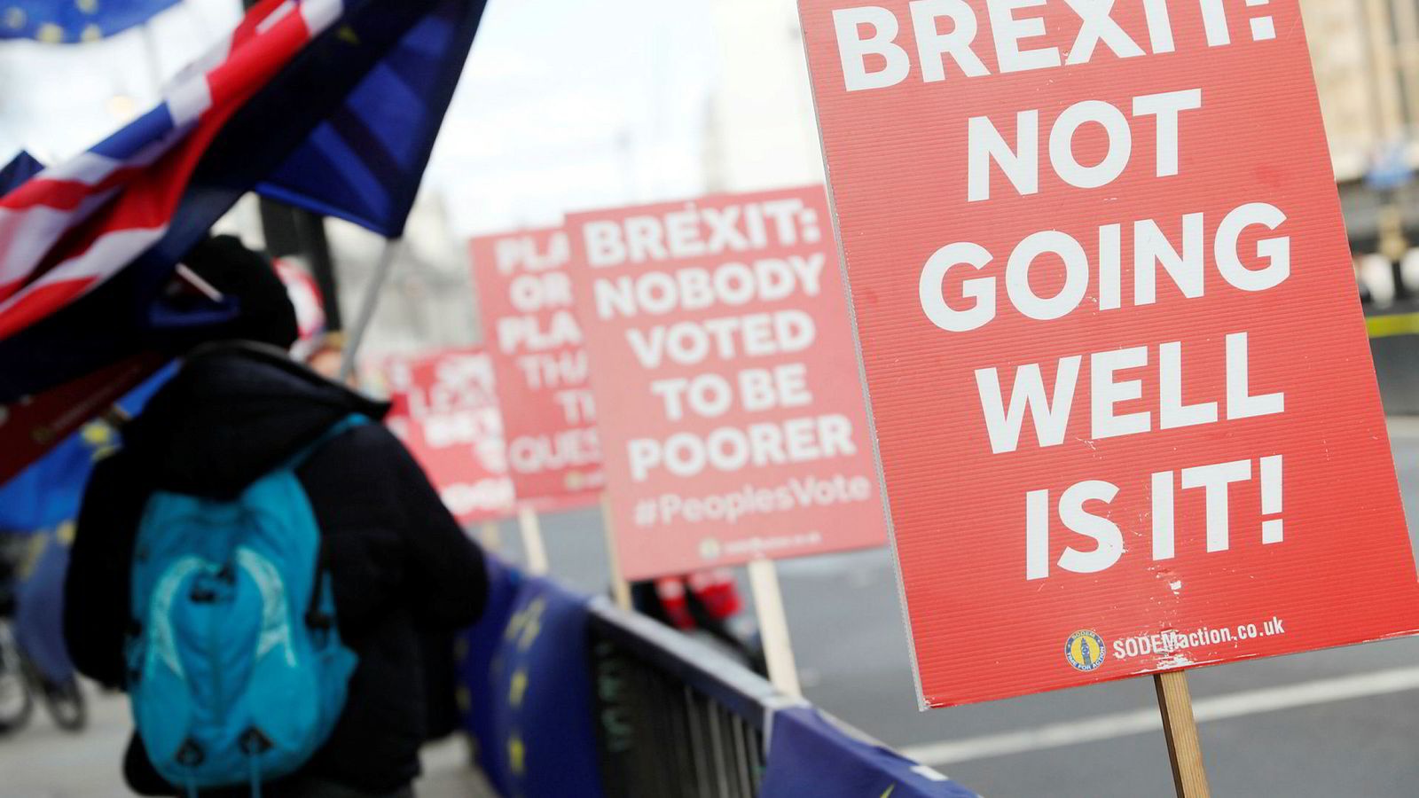 Brexit-usikkerheten har tvunget selskaper innen bank og finans til å forberede seg på verst tenkelig resultat, ifølge ny rapport. Tusener av milliarder har allerede forsvunnet ut. Her fra en anti-brexit-demonstrasjon i London mandag.