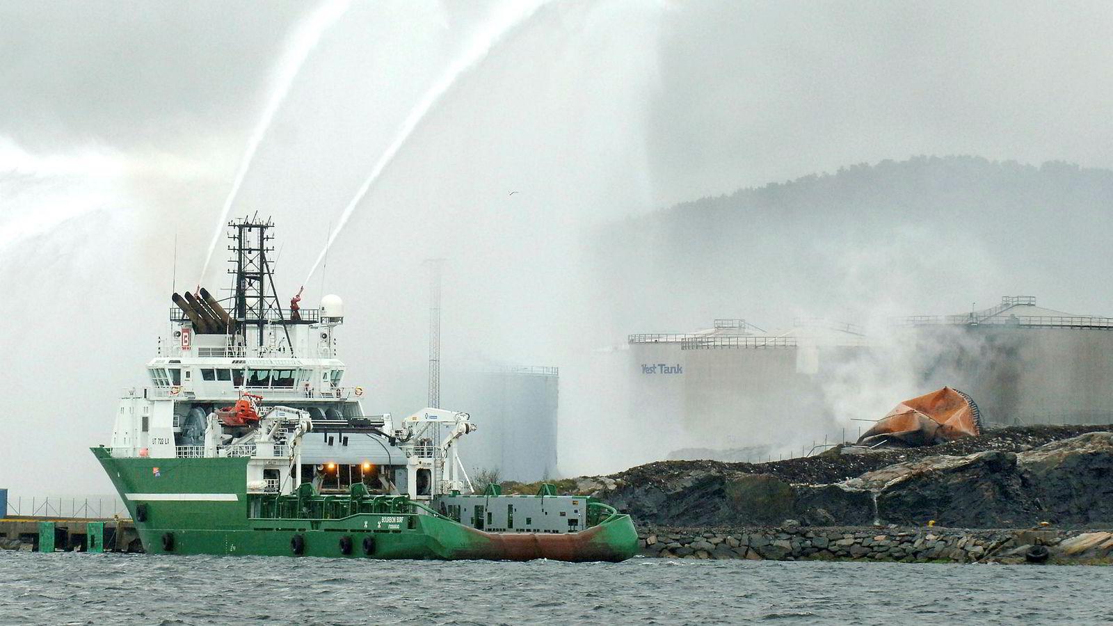 100 personer ble evakuert da en tank eksploderte hos Vest Tank i Sløvåg i Gulen i Sogn og Fjordane i 2007. Eieren ble senere dømt til ubetinget fengsel i to år og fem måneder.
