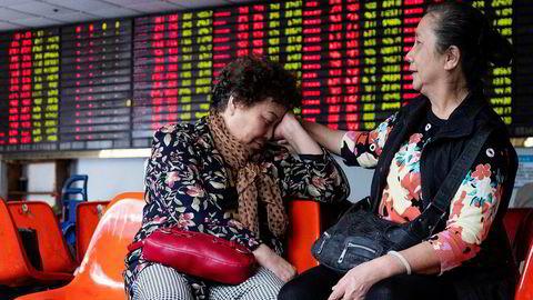 Investorer i Shanghai i Kina fortviler over at børsene faller og verdiene forvitrer.