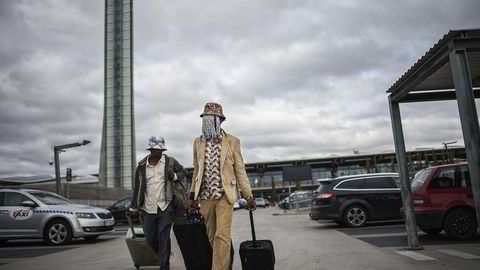 Maskert. Anas Aremeyaw Anas (til høyre) og kollega Zack Ohmeng Tawiah på vei fra Gardermoen. Det blir fort klart at masken som skal skjule gravejournalisten, har en lei tendens til å tiltrekke seg blikk i stedet