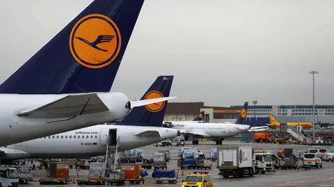 Nesten halvparten av alle landinger og avganger på Tysklands største flyplass i Frankfurt er kansellert tirsdag.