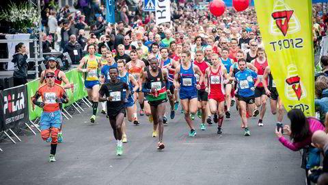 Oslo Maraton er blitt arrangert i Oslo sentrum i september hvert år siden 2004. Her er Taye Tirfea (med svarte klær og grønne joggesko) på vei mot seieren i 2014. Etiopieren vant også ifjor. Foto: Skjalg Bøhmer Vold