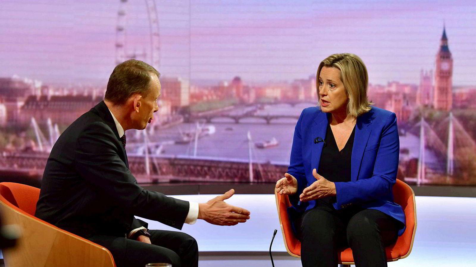 Storbritannias arbeidsminister Amber Rudd trakk seg lørdag fra regjeringen i protest mot Boris Johnsen.