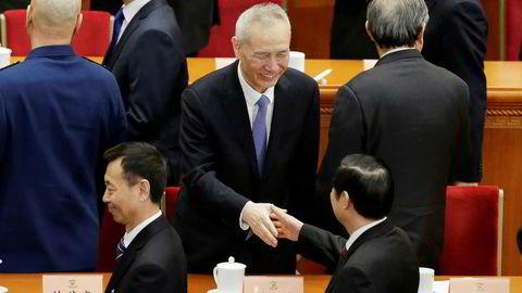 Kinas visestatsminister og forhandlingsleder Liu He ( i midten) møtte en delegasjon ledet av USAs handelsminister Wilbur Ross til nye handelssamtaler i Beijing søndag. Foto: JASON LEE/Reuters/NTB scanpix