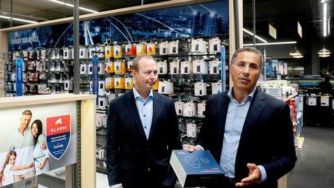 – Bortsett fra et par skruer, er det omtrent like enkelt som å sette opp et Sonos-anlegg eller koble opp Apple TV, sier gründer Nadir Nalbant i Homely til høyre. Ved hans side står nordisk salgsdirektør i Elkjøp, Torfinn Halvorsrud. Elkjøp starter salg av boligalarmer og går i lag med Nadir Nalbant.