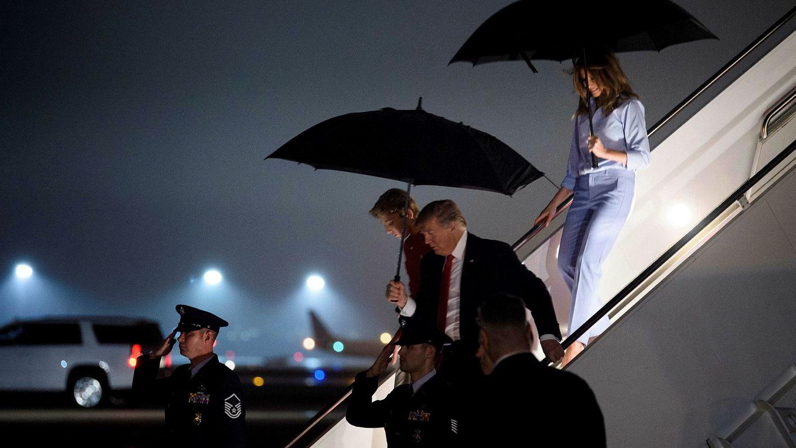 USAs president Donald Trump fotografert da han ankom Palm Beach International Airport sammen med Barron og Melania Trump fredag.