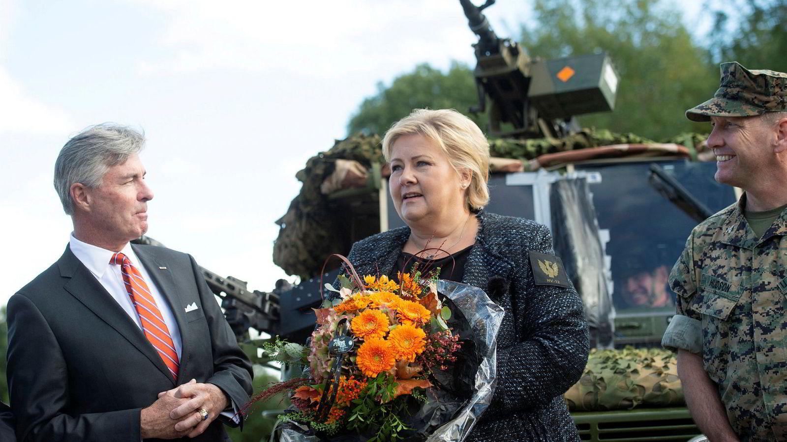 USAs ambassadør Kenneth Braithwaite og statsminister Erna Solberg på besøk på Værnes i fjor høst.