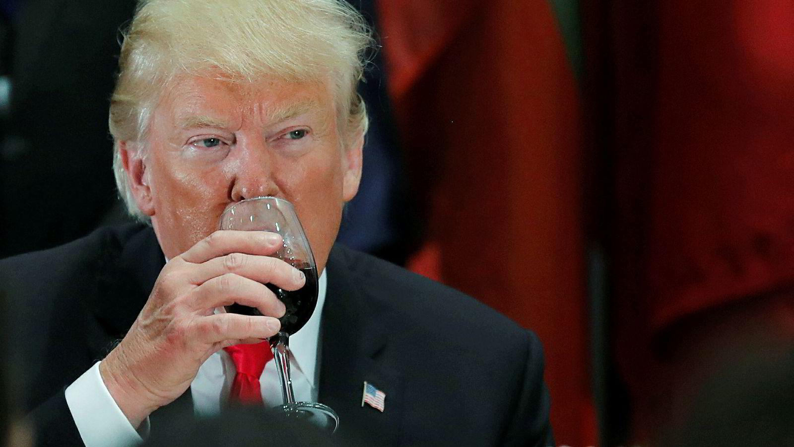 USAs president Donald Trump er misfornøyd med Frankrikes skattelegging av amerikanske nettselskaper, og svarer med å true om toll på fransk vin. Her fra en FN-samling i september i fjor hvor han drikker Cola Light fra et vinglass.