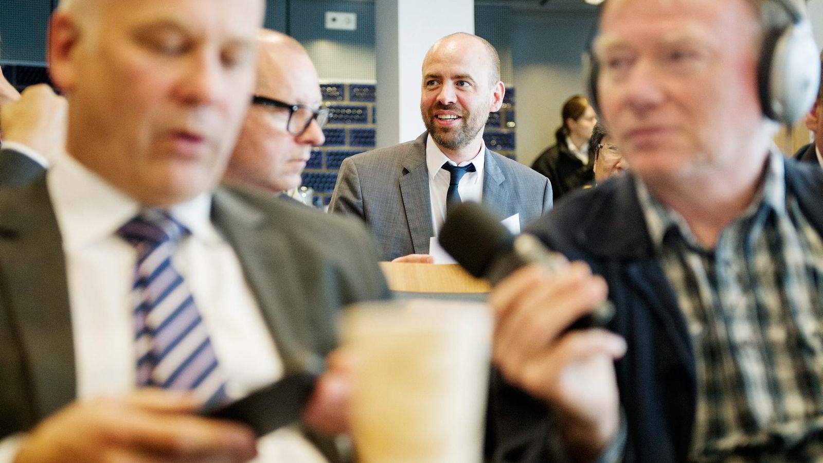Arbeiderpartiets Arild Grande (midten) vil ha større avstand mellom politikerne og NRK. Her med NRK-sjef Thor Gjermund Eriksen (foran til venstre). Foto Thomas Haugersveen