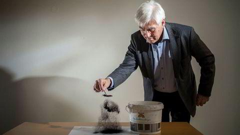 Arne Godal strør en skje karbonpulver på et ark. Salgbart, rent karbon skal nå være et biprodukt av hydrogenproduksjonen. Hans tidligere karbon prosjekt Carbontech gikk konkurs.