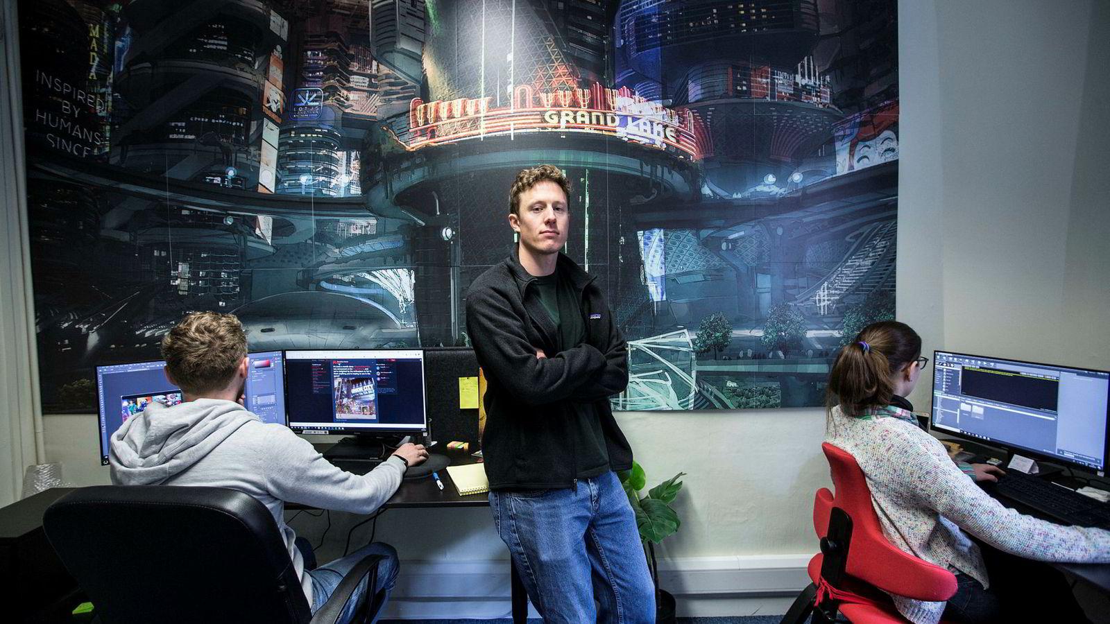 Som produsent har Tobias Fossheim både personalansvar og holder i kontakten med Apple.