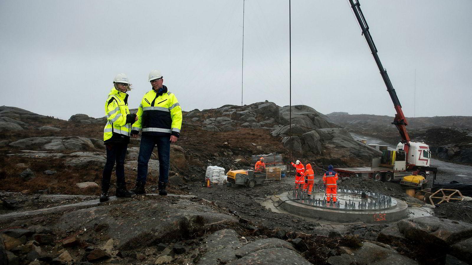 Egersund Vindpark er et av de nye vindkraftanleggene i Rogaland. Bildet er tatt under byggefasen i 2017, med daværende medeier Siri Kalvig og driftsleder Torfinn Tuen fra Norsk Vind Energi oppe på haugen.